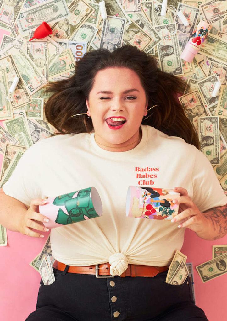 Eine Powerfrau die auf Cash liegt und frech in die Kamera guckt