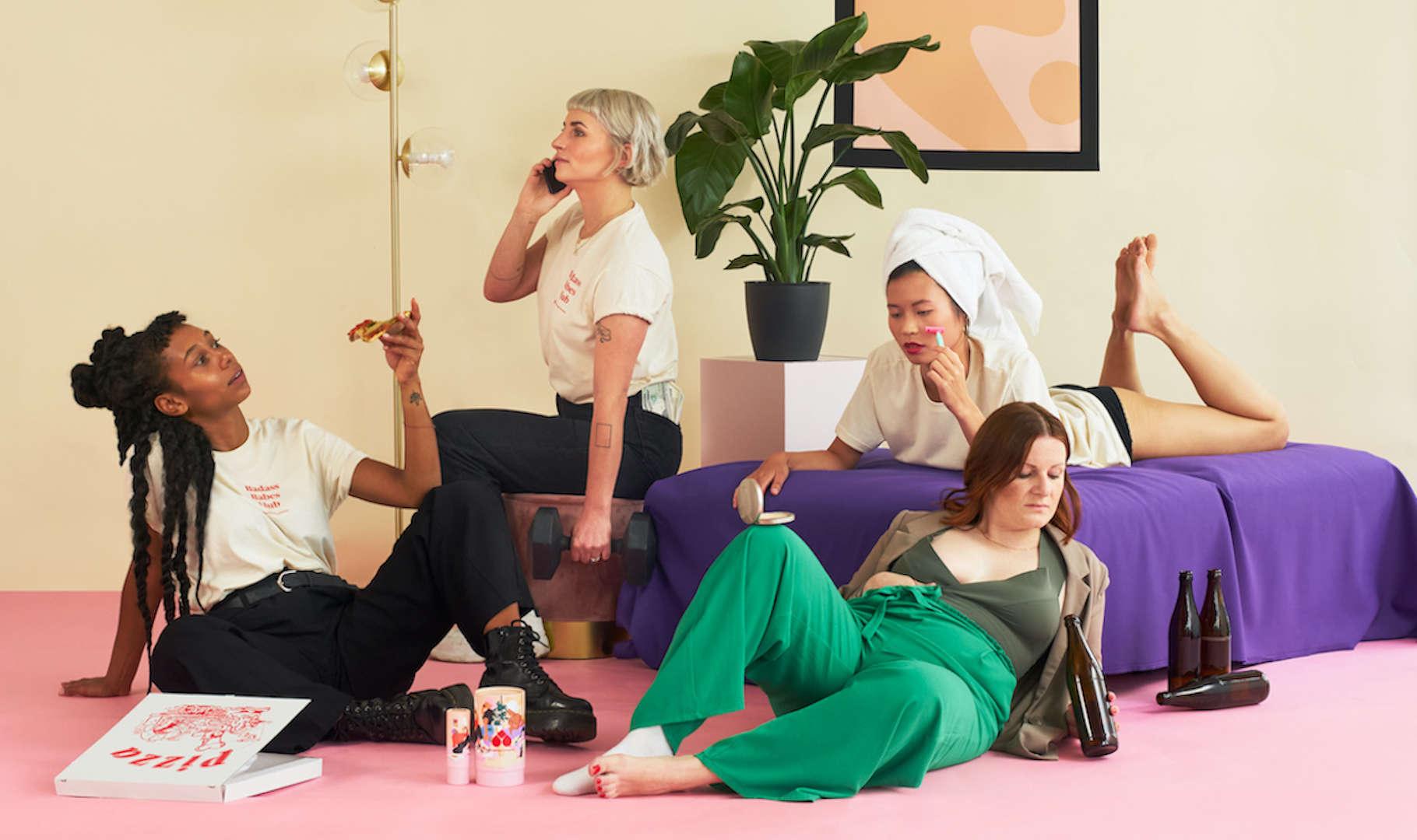 Vier Frauen die sich an typische Männerklischees bedienen